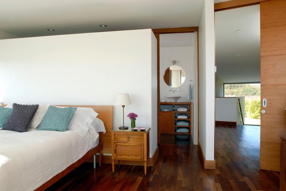 50d28e9fb3fc4b41b30002e9_rabanua-dx-arquitectos_350-bedroom_01-1000x669