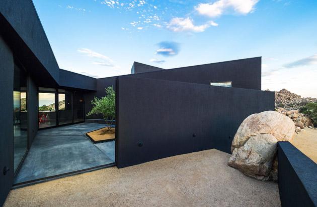 The-Black-Desert-House-by-Marc-Atlan-and-Oller-Pejic-12