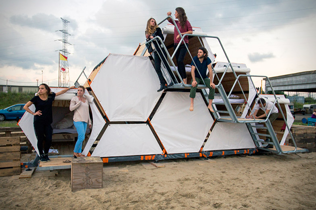 Stackable-Honeycomb-Sleeping-Cells-For-Music-Festivals-1