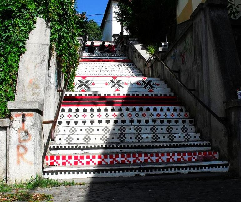 adelaparvu.com-despre-arta-urbana-in-Targu-Mures-Romania-Rakoczi-Stairs-in-Targu-Mures-City-Romania-1