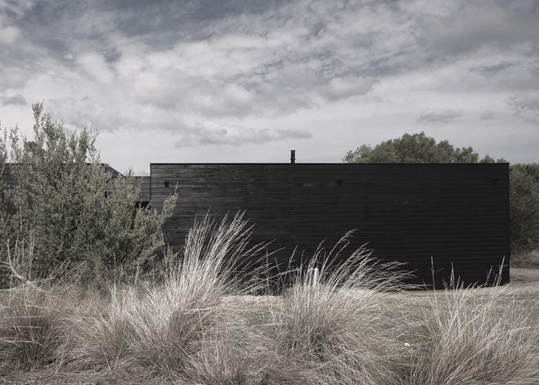 dezeen_Ridge-Road-Residence-by-Studio-Four_ss_1
