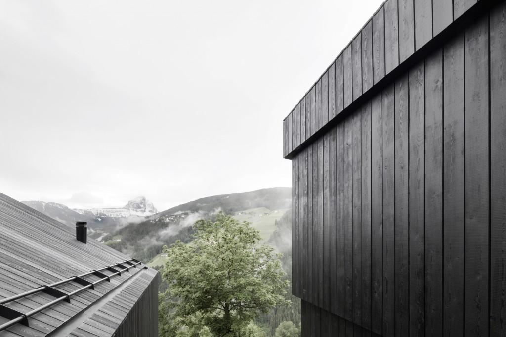 5406c462c07a801b04000158_alpine-cabins-pedevilla-architekten_003_pliscia_13_willeit