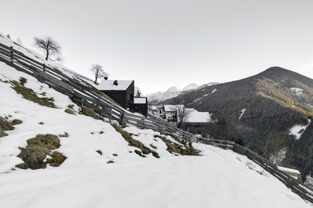 5406c49dc07a80ae22000124_alpine-cabins-pedevilla-architekten_005_pliscia_13_willeit