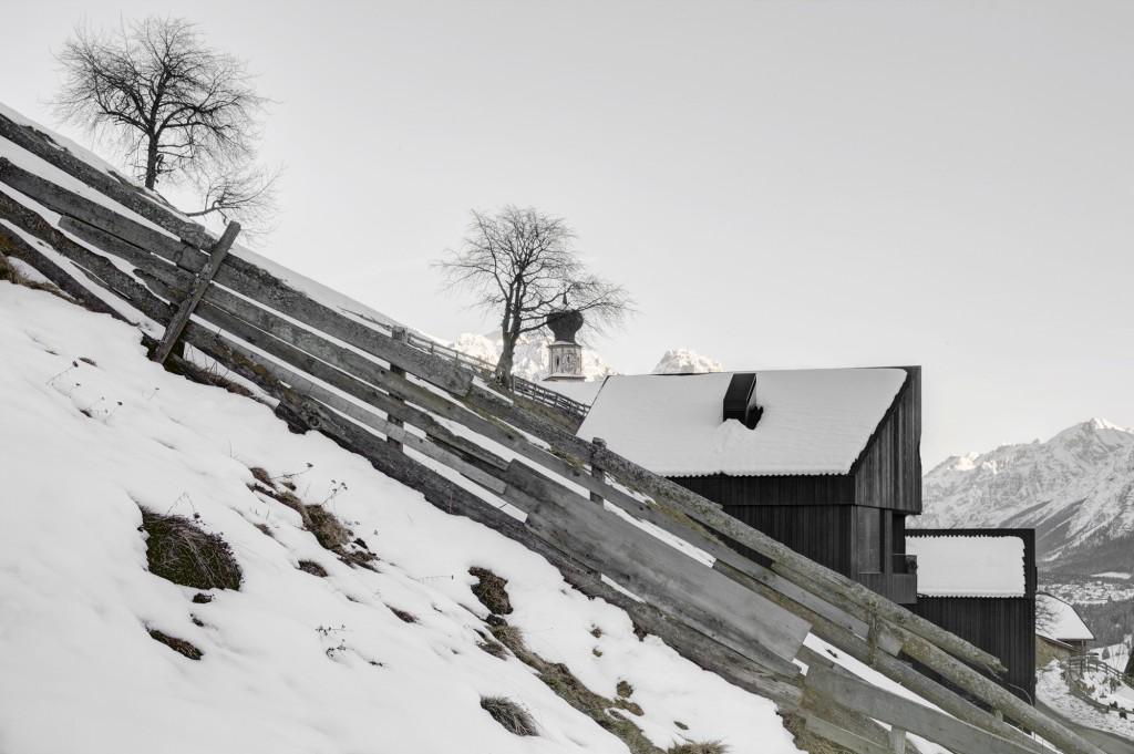 5406c4b4c07a80ae22000125_alpine-cabins-pedevilla-architekten_006_pliscia_13_willeit