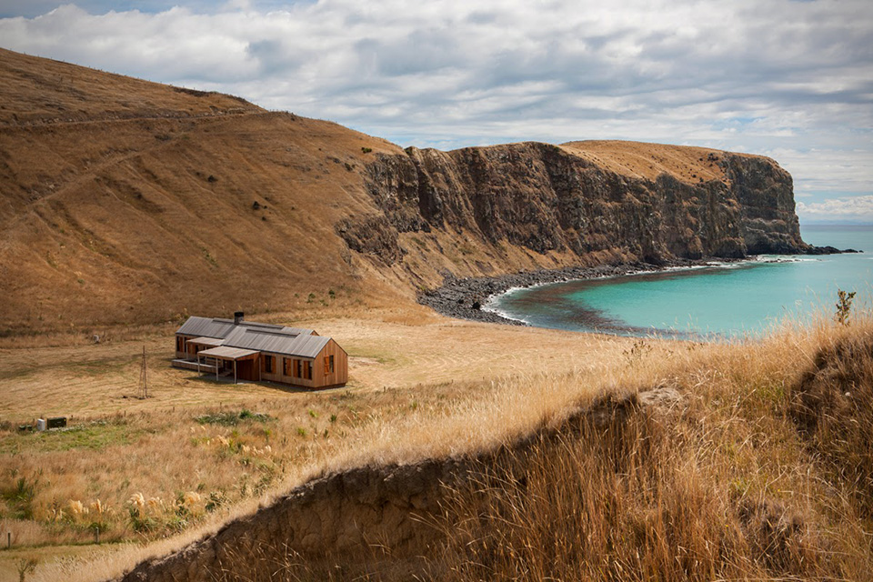 Scrubby-Bay-Farmhouse-in-New-Zealand-0