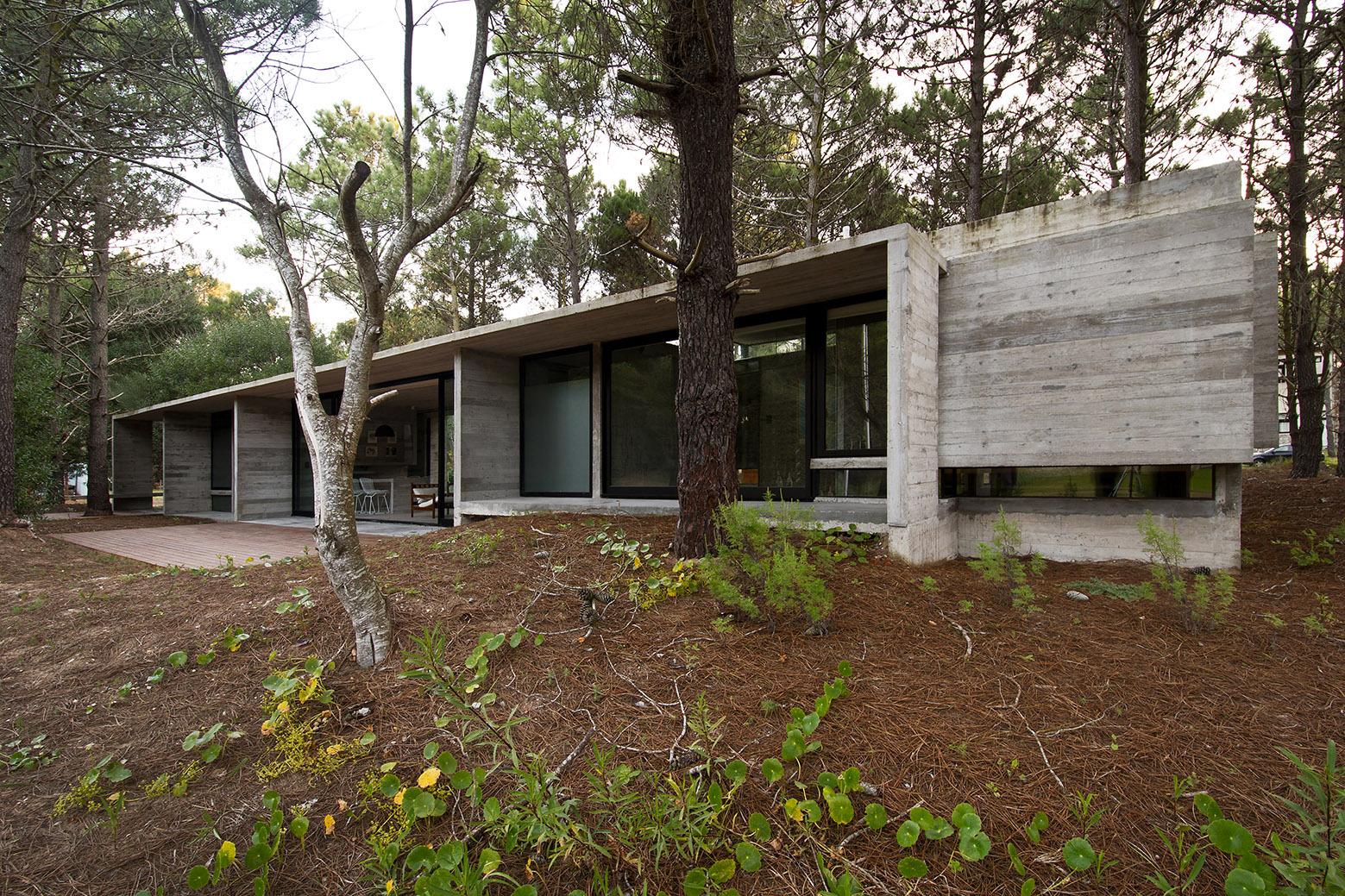Sv house luciano kruk arquitectos the vandallist for Cinder block cabin